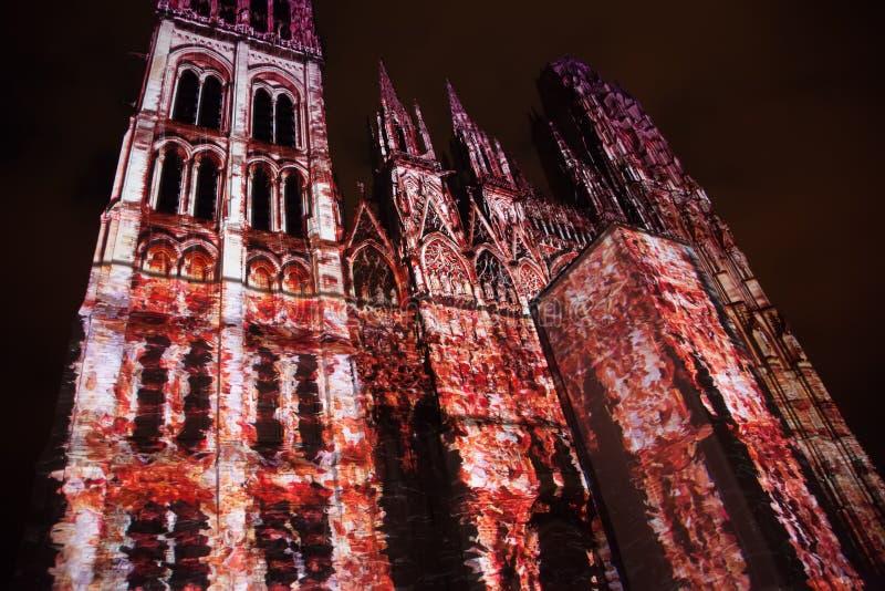 Rouens katedralljusshow belyser den gotiska katedralen i staden Rouen France sent på kvällen royaltyfria foton