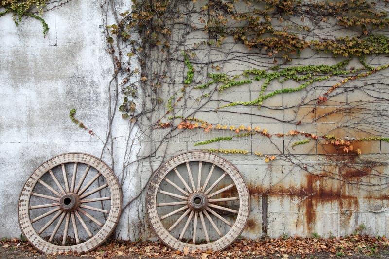 Roues boisées de chariot photo libre de droits