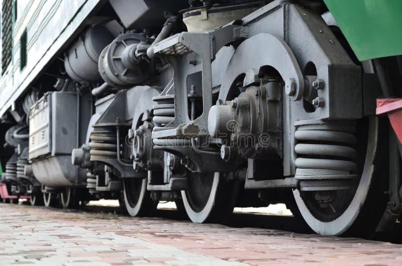 Roues d'une locomotive moderne russe, vue de côté Concept d'industrie de transport Roues et mécanisme lourds sous l'électr. photo stock