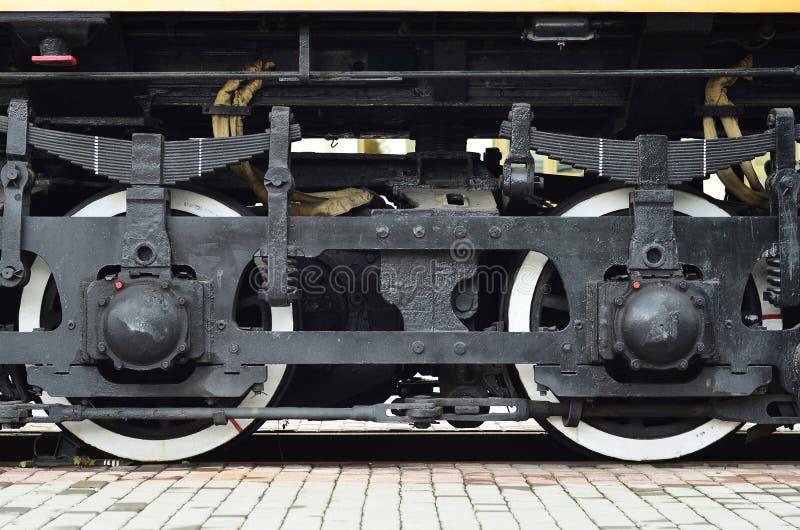 Roues d'une locomotive moderne russe, vue de côté Concept d'industrie de transport Roues et mécanisme lourds sous l'électr. images stock
