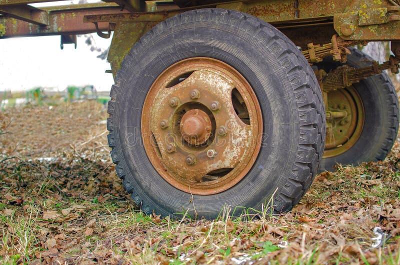 Roues de fuite, qui sont vieux pneu photo stock