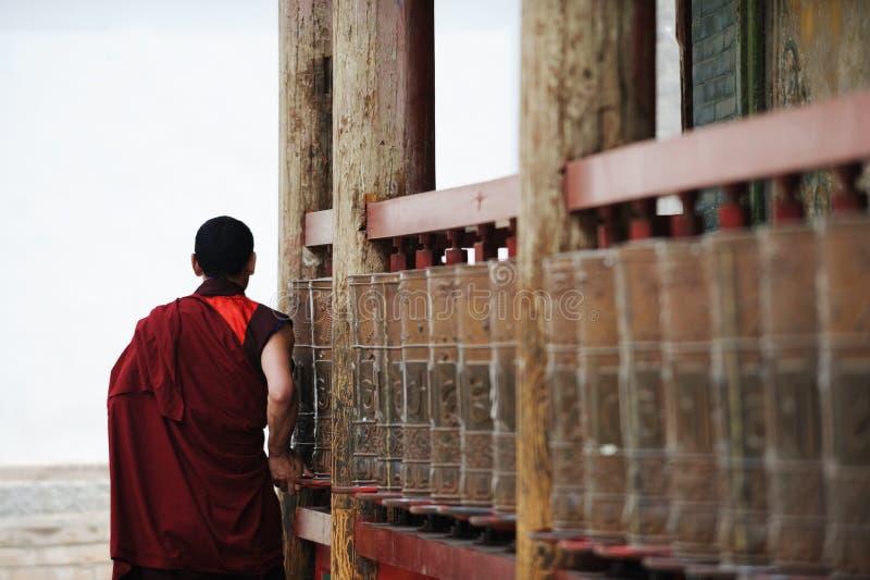 Roues de prière de rotation de moine tibétain images stock