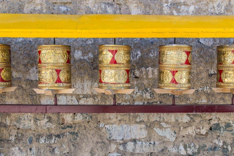 Roues de prière, les petits pains de la prière des bouddhistes fidèles Ligne de image stock