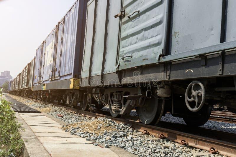 Roues de train sur des voies avec le charriot de train photos stock