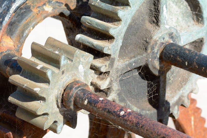 Roues de vitesse sur le vieux treuil rouillé photos libres de droits