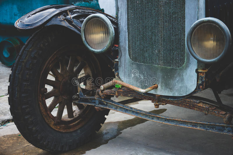 Roues de voiture de vintage et phare abandonnés - véhicules classiques photographie stock