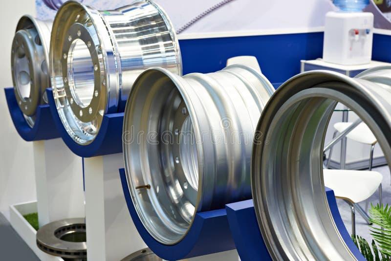 Roues en métal pour des camions photographie stock libre de droits
