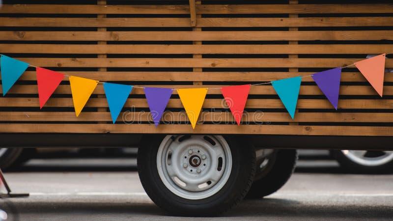 roues et partie inférieure de camion de nourriture avec les drapeaux colorés photo libre de droits