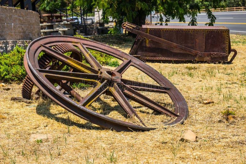 Roues géantes d'exploitation de vintage et transporteur de extraction rouillé de chariot de minerai photos libres de droits