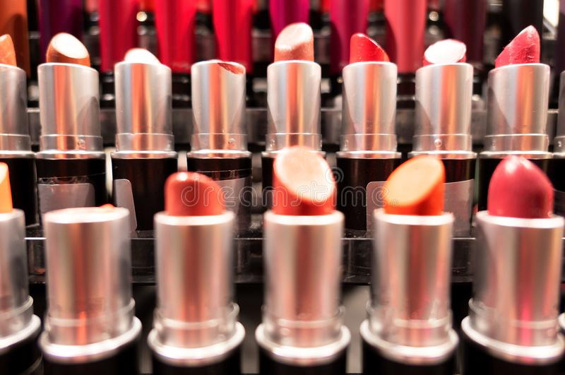 Rouge à lèvres de plan rapproché Mode colorée beaucoup de rouges à lèvres Beau concept de maquillage photographie stock libre de droits