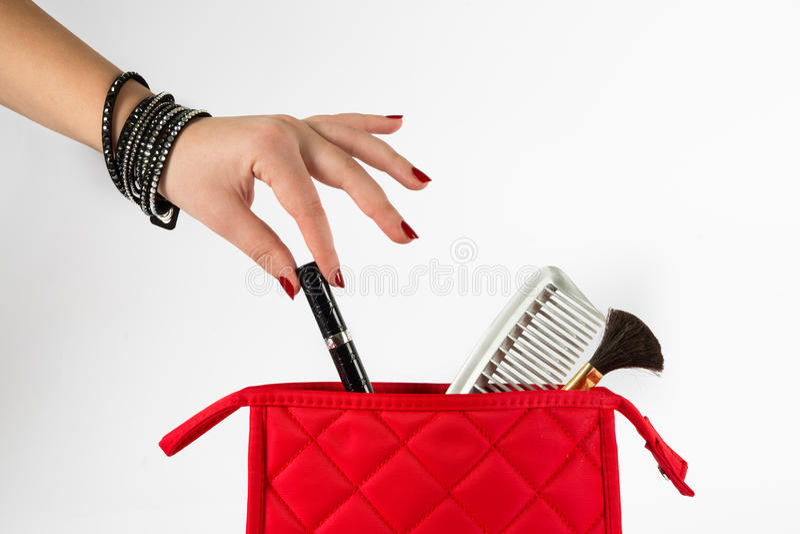 Rouge à lèvres de prise d'un sac de maquillage images libres de droits