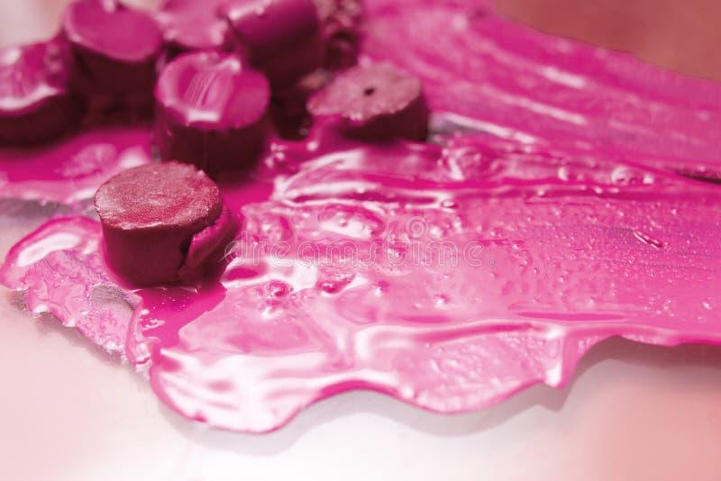 Rouge à lèvres rose fondu et coupé photos libres de droits