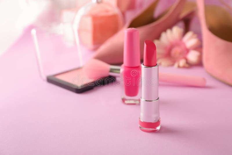 Rouge à lèvres rose sur la table de couleur photographie stock libre de droits