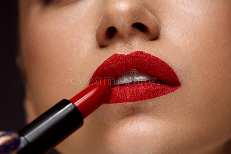 Rouge à lèvres rouge Plan rapproché de visage de femme avec le maquillage lumineux de lèvres photographie stock libre de droits