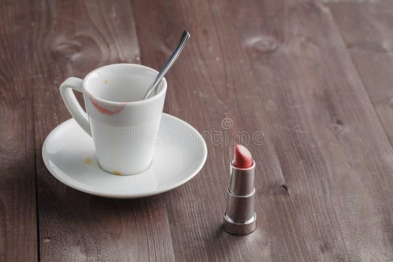 Download Rouge à Lèvres Sur La Tasse De Café Image stock - Image du rustique, assoupissement: 77157329