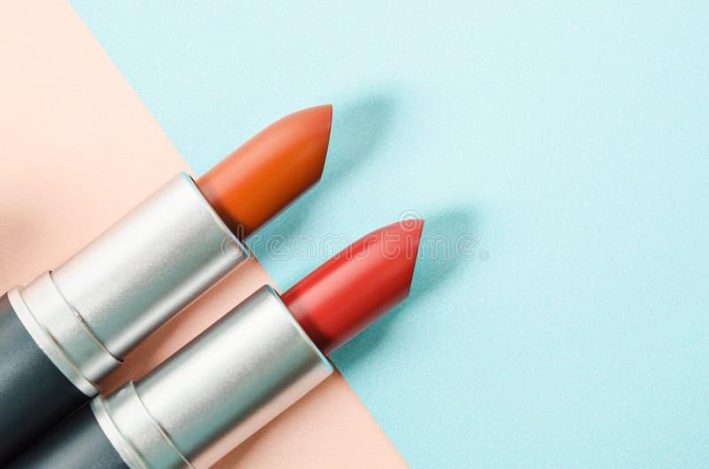 Rouge à lievres Rouges à lèvres colorés de mode au-dessus de beau fond photographie stock