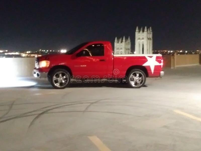 Rouge blanc de Dodge de RAM de ville de nuit rouge d'étoile photos libres de droits
