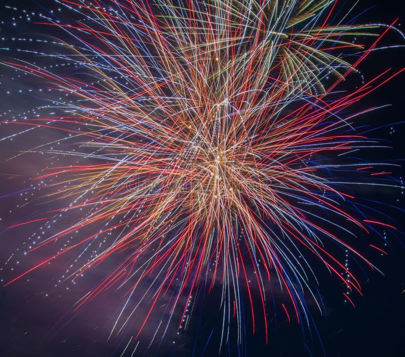 Rouge, bleu, plan rapproché de feux d'artifice d'or photo libre de droits