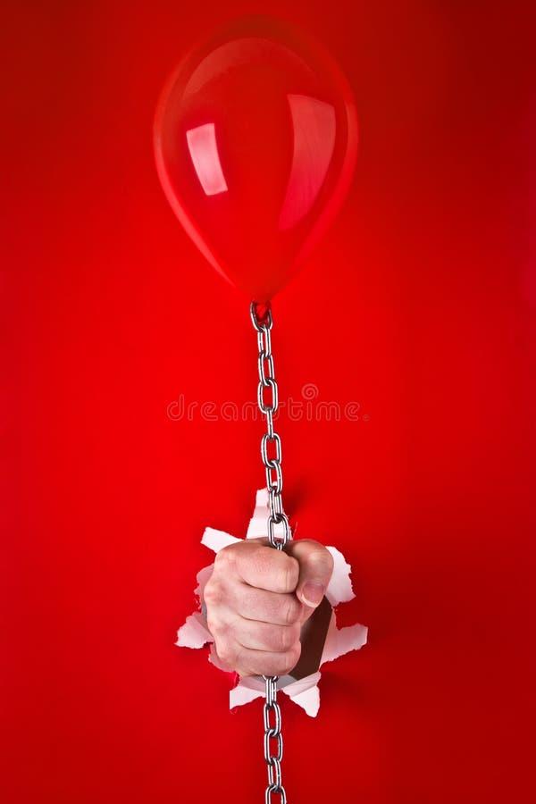 rouge de fixation de main de ballon image libre de droits