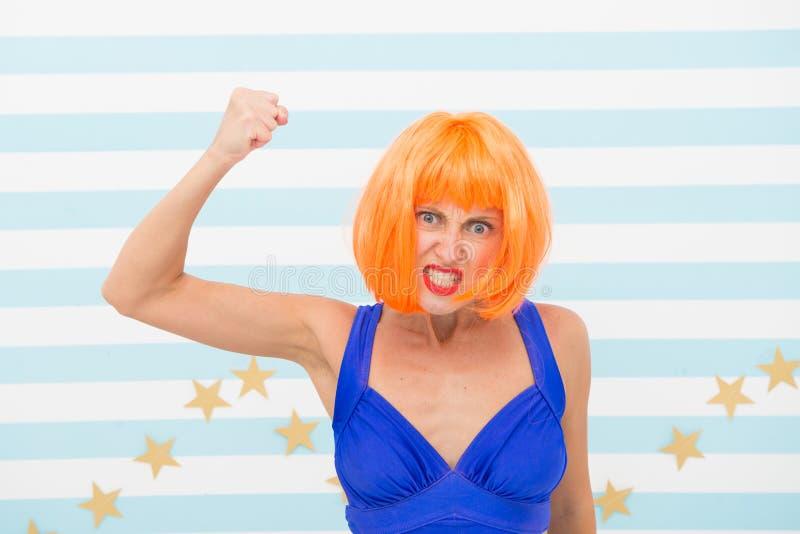 Rouge de Madame ou perruque de gingembre posant dans la robe bleue Concept de qualifications d'actrice Femme pratiquant l'express images libres de droits