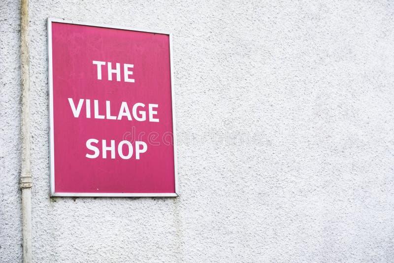 Rouge de signe de magasin de village sur le fond blanc de mur image libre de droits
