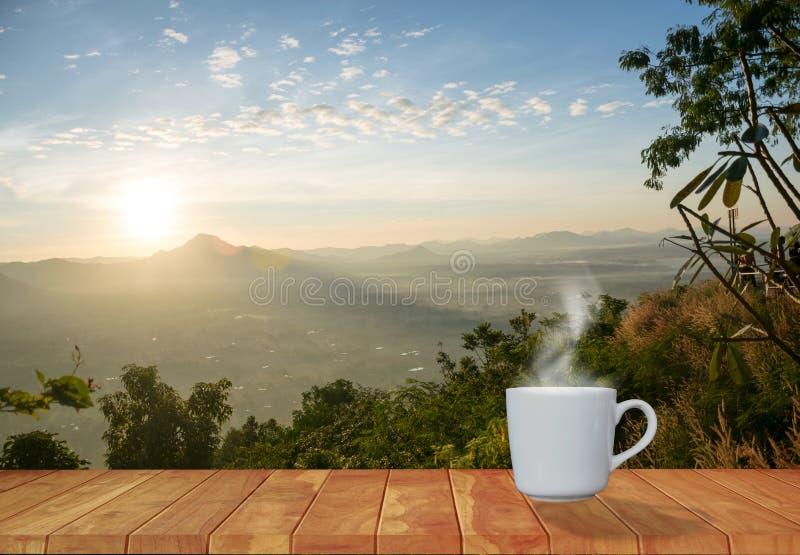 Rouge de tasse de caf? avec la montagne de soleil de matin photo stock