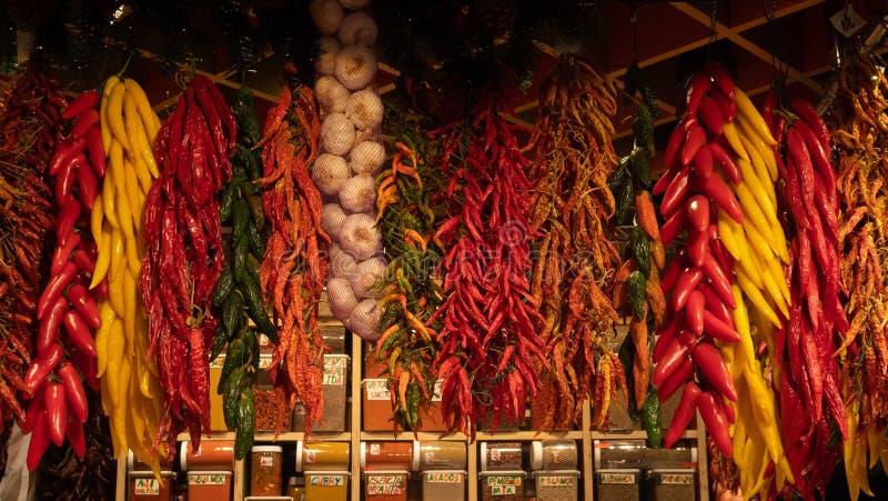 Rouge et épices d'ail de poivrons verts sèches sur le marché Barcelone de Boqueria de La image stock