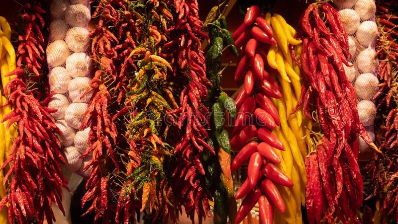 Rouge et épices d'ail de poivrons verts sèches sur le marché Barcelone de Boqueria de La image libre de droits