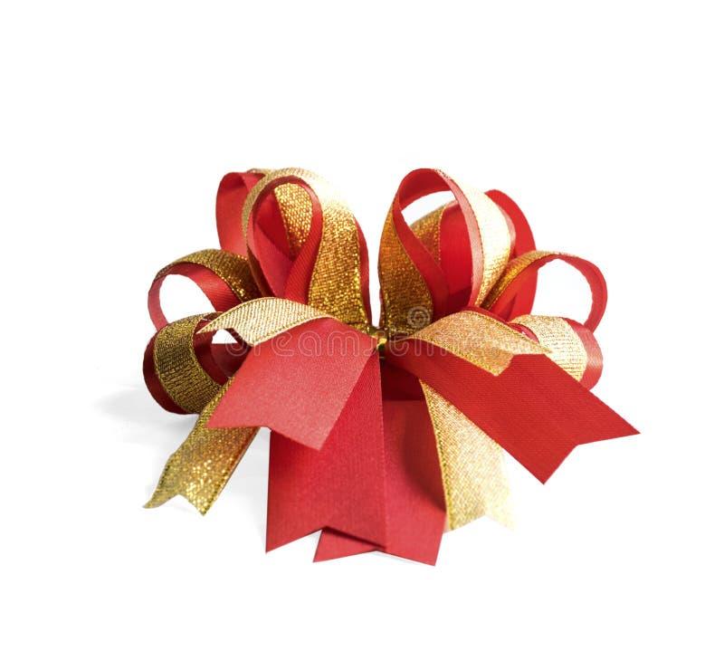 Rouge et arc de fantaisie de cadeau d'or photos stock