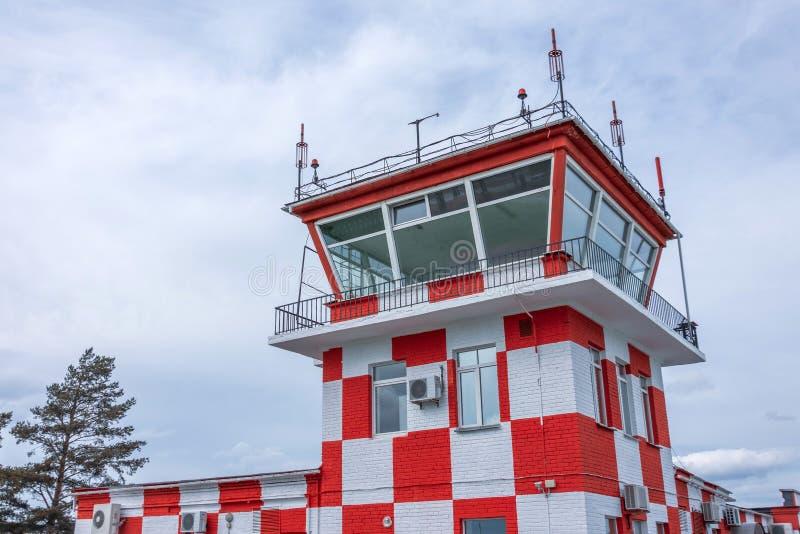 Rouge et blanc dans la place de tour de contrôle à la piste d'aéroport image stock