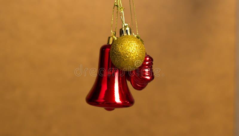 Rouge et jouets de Noël d'or accrochant sur un fond en bois photos libres de droits