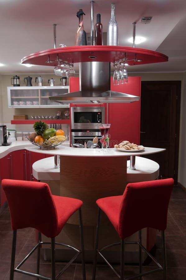 rouge moderne de cuisine images stock