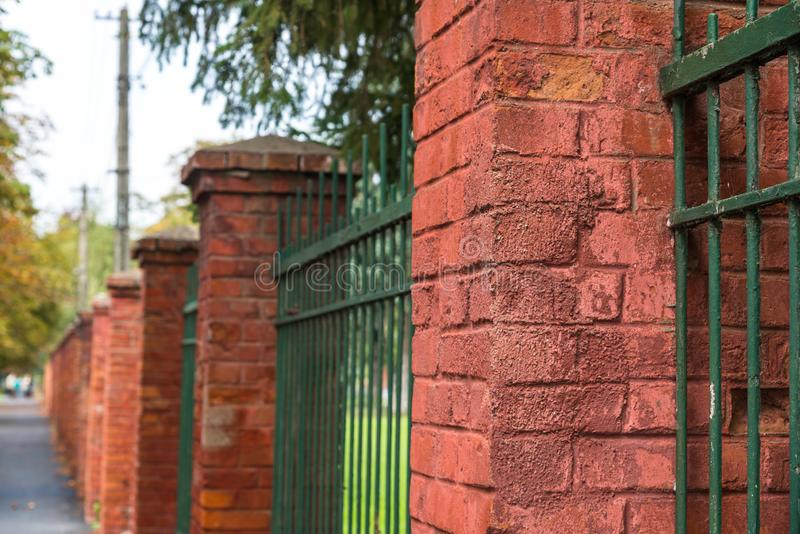 Rouge, pylônes de porte de brique dans la fin de rangée vers le haut du tir photos libres de droits