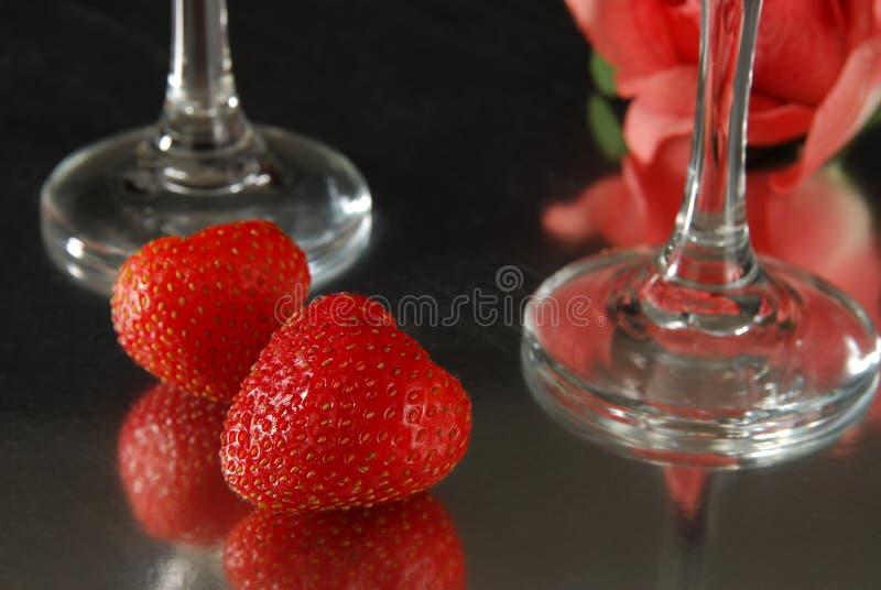 Rouge rose et fraises photographie stock libre de droits