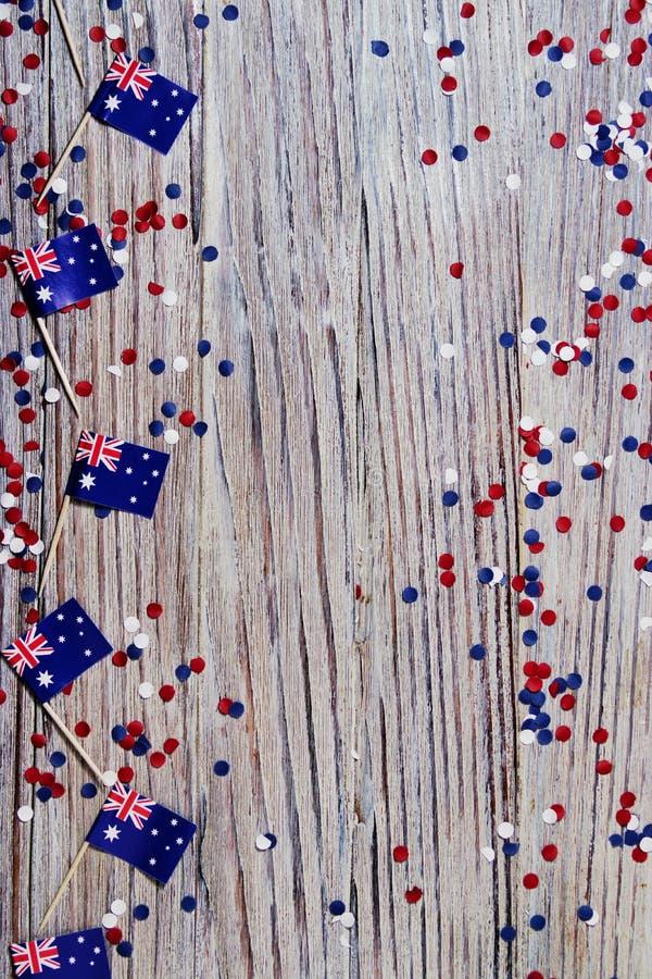 Rouge trois drapeaux australiens blancs et bleus suspendus d'une corde de ficelle devant un fond sale et en acier pour le jour de image stock