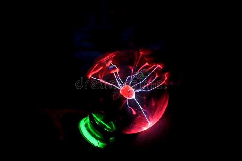 Rougeoyant dans la lampe ronde foncée, avec la foudre courante actuelle illustration de vecteur
