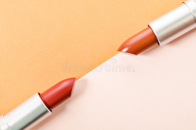 Rouges à lèvres colorés de mode au-dessus de beau fond photos libres de droits