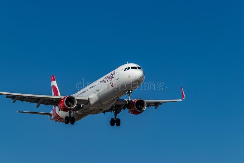 Rougestraal die van Air Canada bij de belangrijkste baan in Pearson International Airport, Toronto landen stock fotografie