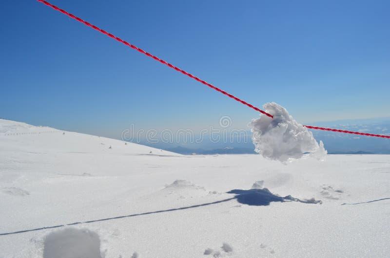 Rougeur de neige sur la corde rouge photo libre de droits