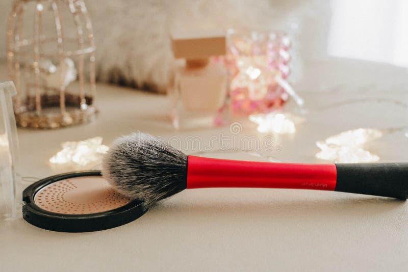 Rougissent la brosse avec la palette de poudre photo stock