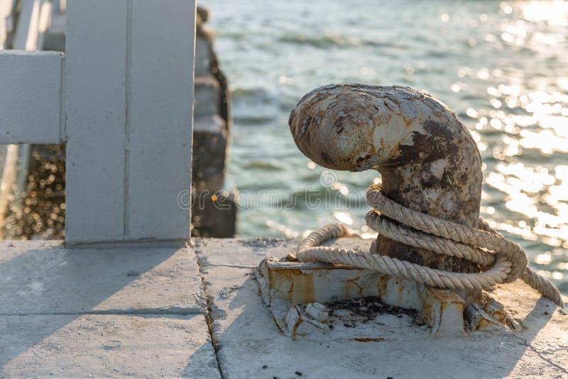 Rouillé grunge de borne d'amarrage vieux pour amarrer des bateaux photographie stock libre de droits
