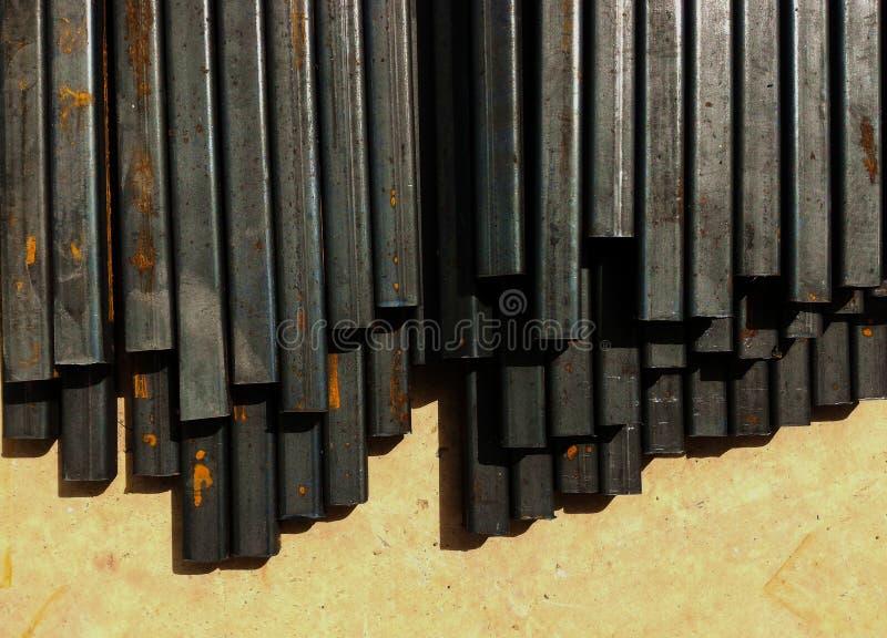 Rouille sur le tube en métal sur la terre sale photographie stock libre de droits