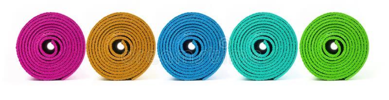 Roul? vers le haut du tapis de yoga photographie stock libre de droits