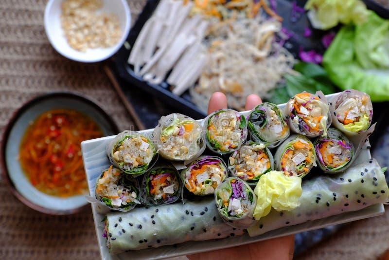 Roulés de papier de riz végétalien tranchés sur fond d'ingrédient de rouleau de printemps photo libre de droits