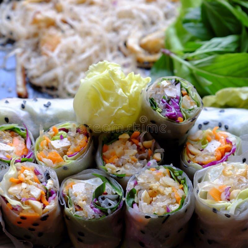 Roulés de riz végétalien tranchés et ingrédient de rouleau de printemps vietnamien image stock