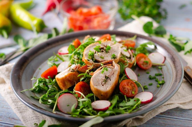 Roulade κοτόπουλου με τη φρέσκια σαλάτα στοκ φωτογραφίες με δικαίωμα ελεύθερης χρήσης