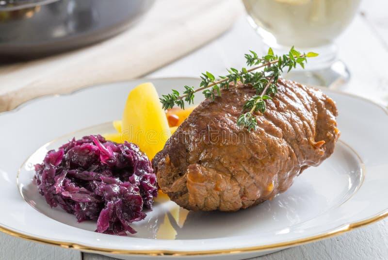 Roulade av nötkött med potatisar och röd kål fotografering för bildbyråer