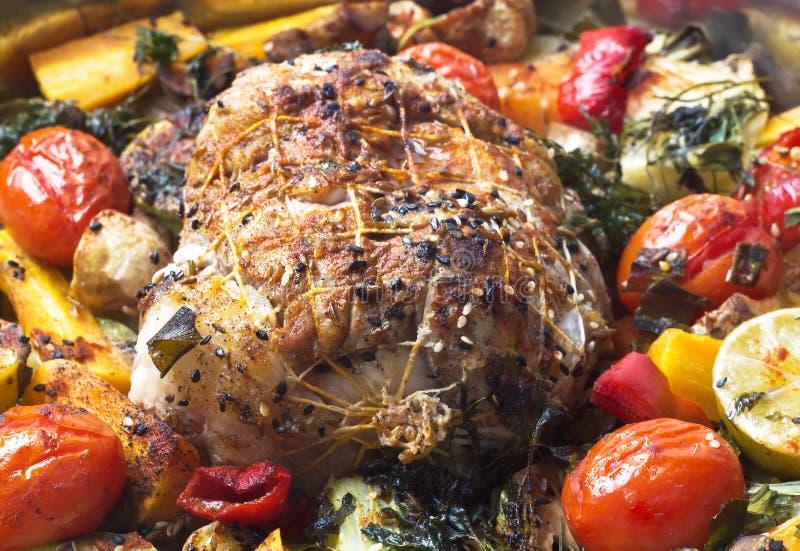 Roulade avec de la viande avec des légumes et des épices photo stock