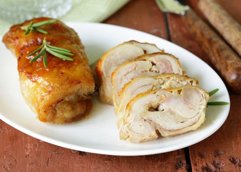 Roulade cuite au four de poulet avec l'ail photographie stock libre de droits