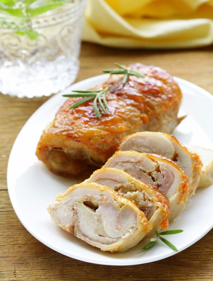 Roulade cuite au four de poulet avec l'ail photo libre de droits